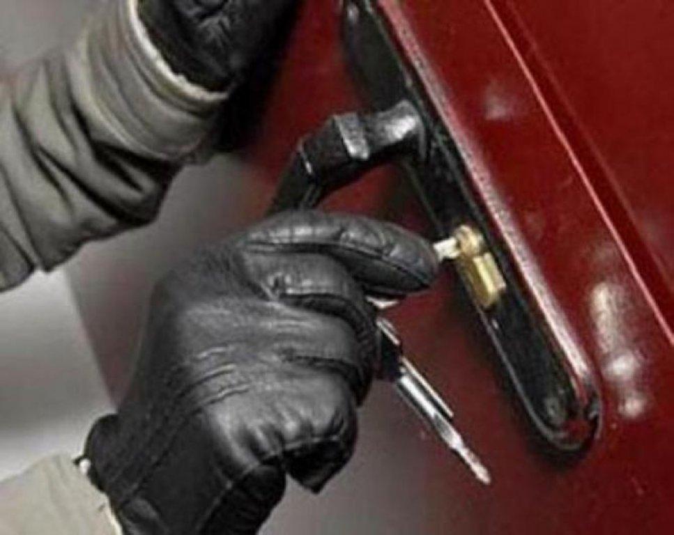 Сотрудники полиции Шелаболихинского района задержали  двух подозреваемых в совершении квартирной кражи