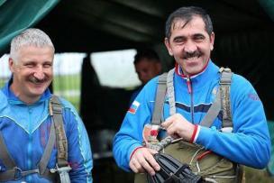 Юнус-Бек Евкуров совершил свой 249 одиночный прыжок с парашютом с экстремальной 200-метровой высоты, в результате чего подвернул ногу и повредил лодыжку